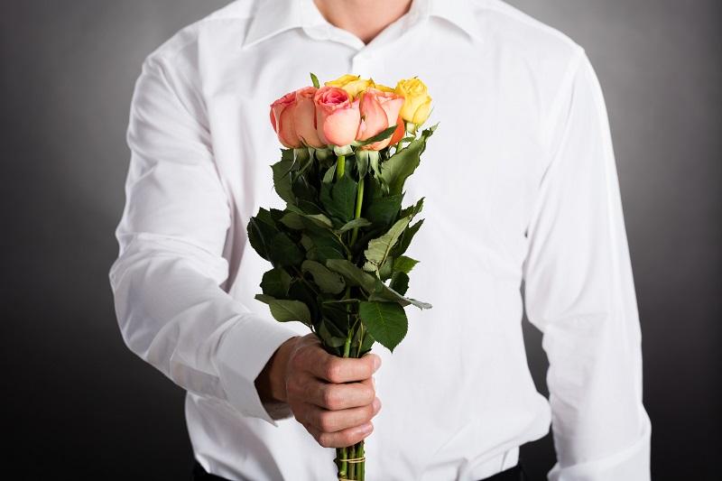 Красивые картинки мужчина дарит цветы