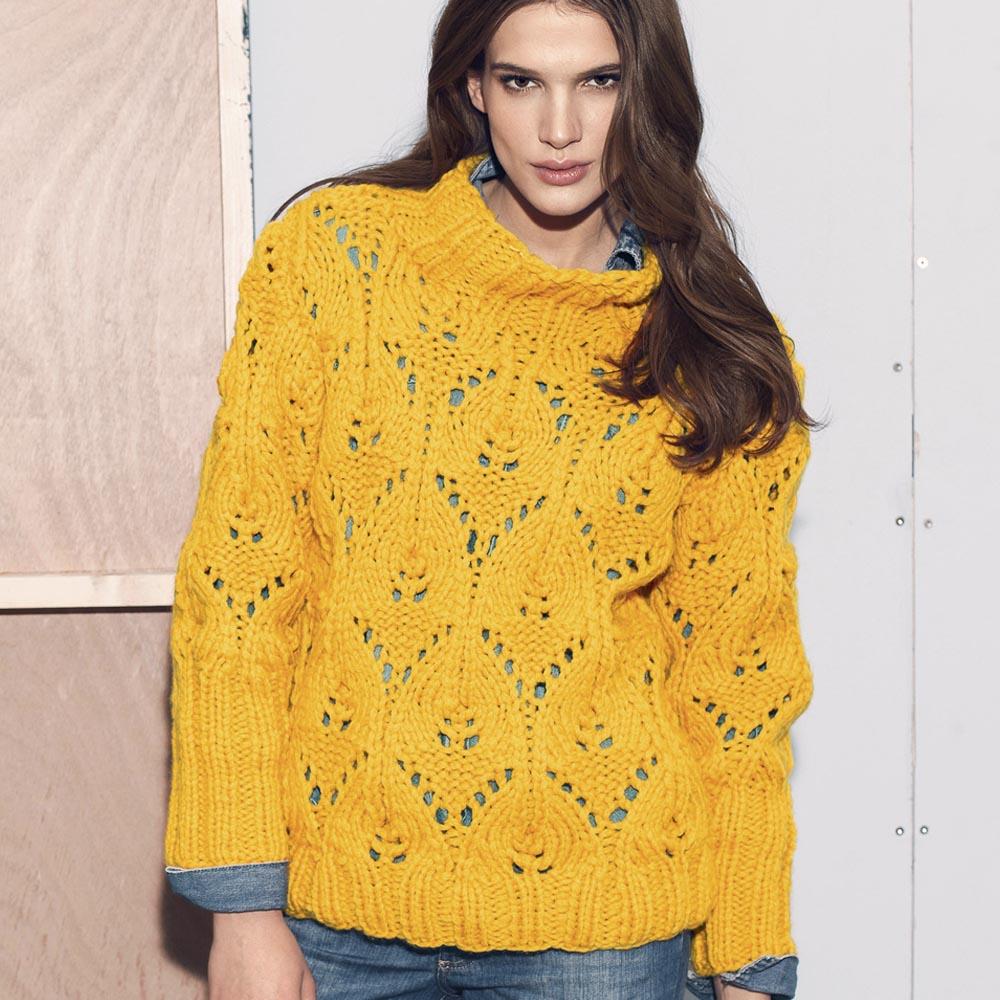 желтый свитер с ажурным узором схема вязания спицами вяжем