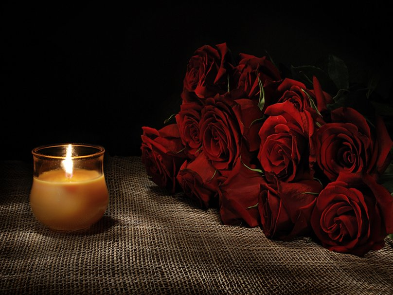 Открытка свеча и два цветка