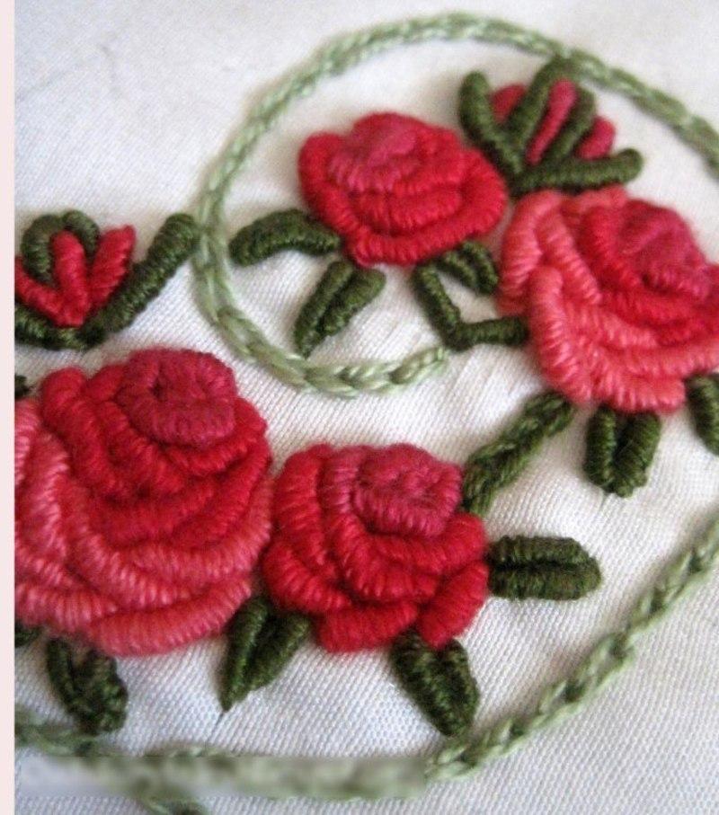 коляска вышить цветы на вязаном полотне фото движется через корпус