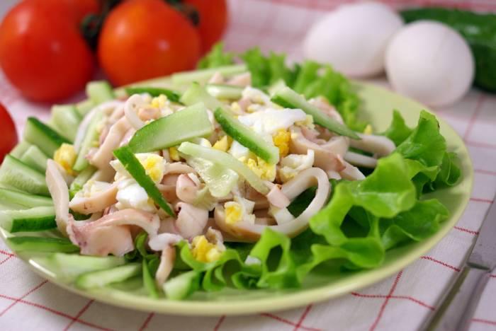 салат с кальмаров с яйцом и сыром