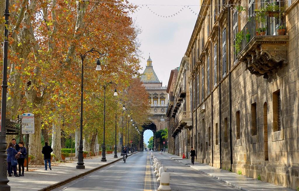 Осенняя стокгольмская аллея улица фото действие сериала