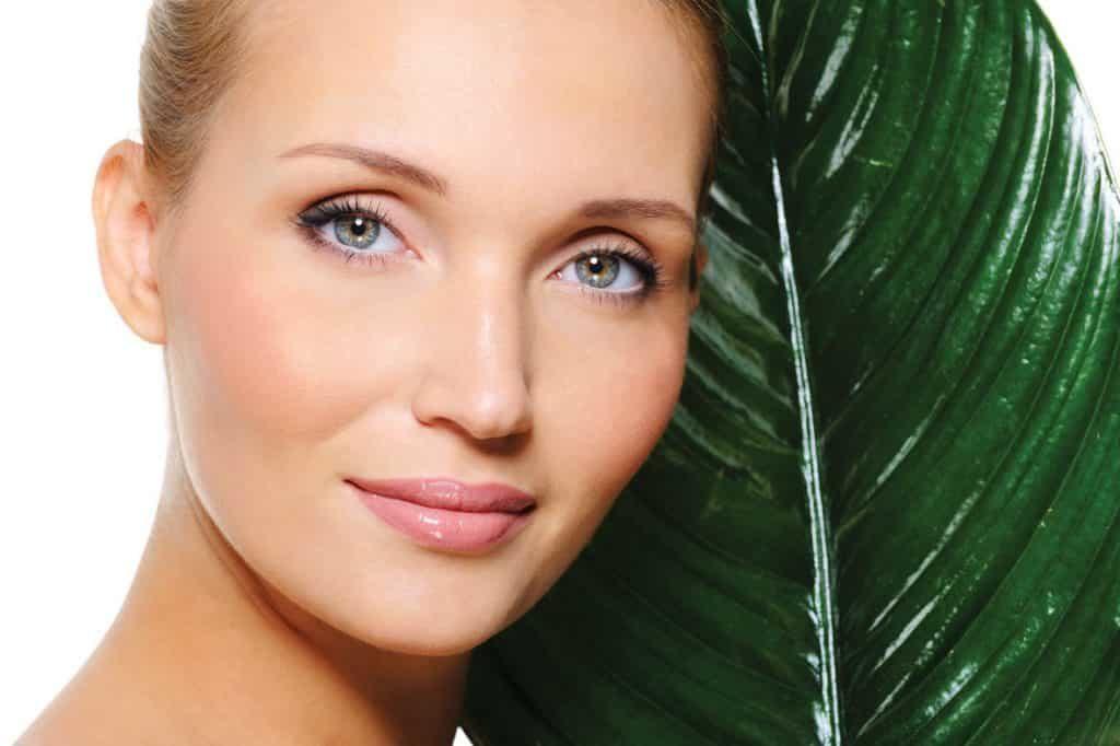 Особенности кожи лица после  выполняя ежедневный уход за кожей на лице после 25 лет, нужно пользоваться уже опробованной косметической линией.