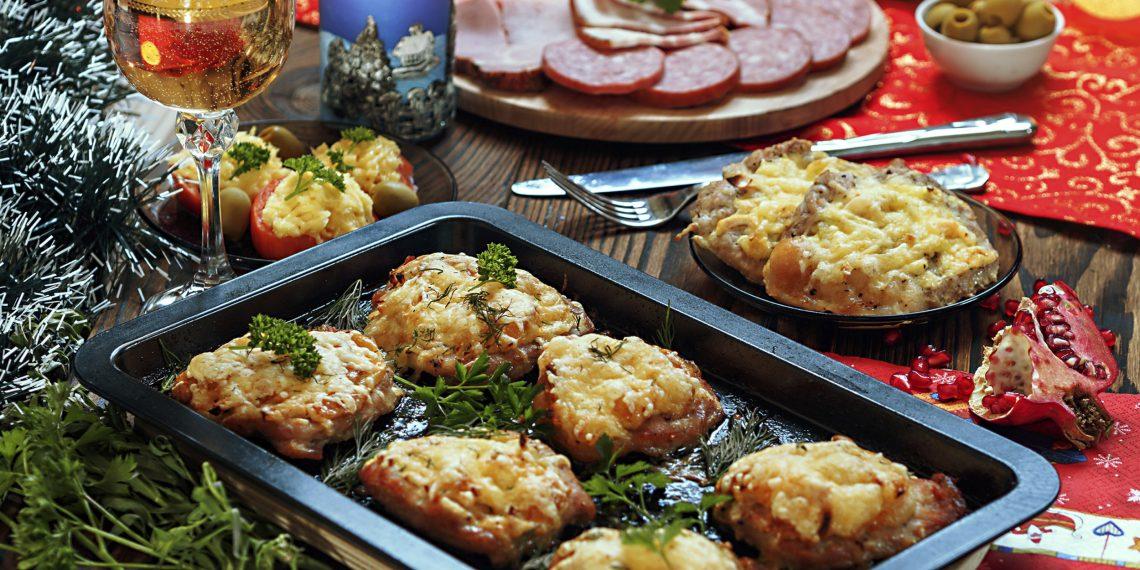 приводит рецепт с фото новогоднего мясо по французски своими руками