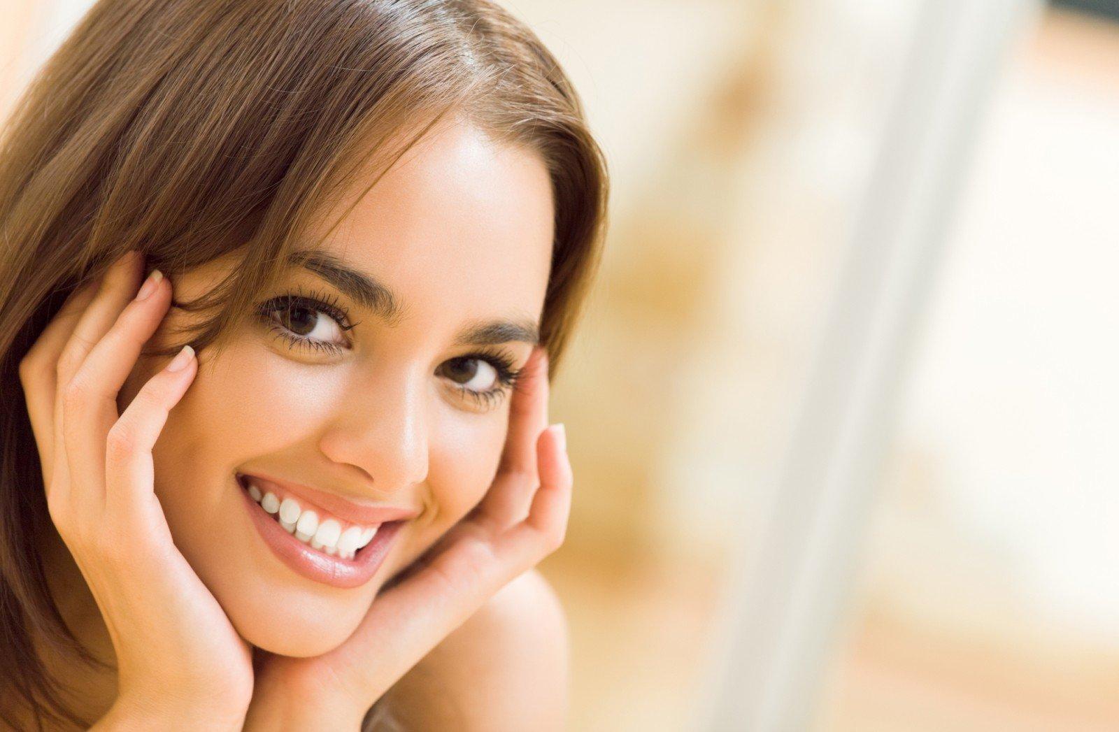 симпатичные женские улыбки стоковые фото добыча урана