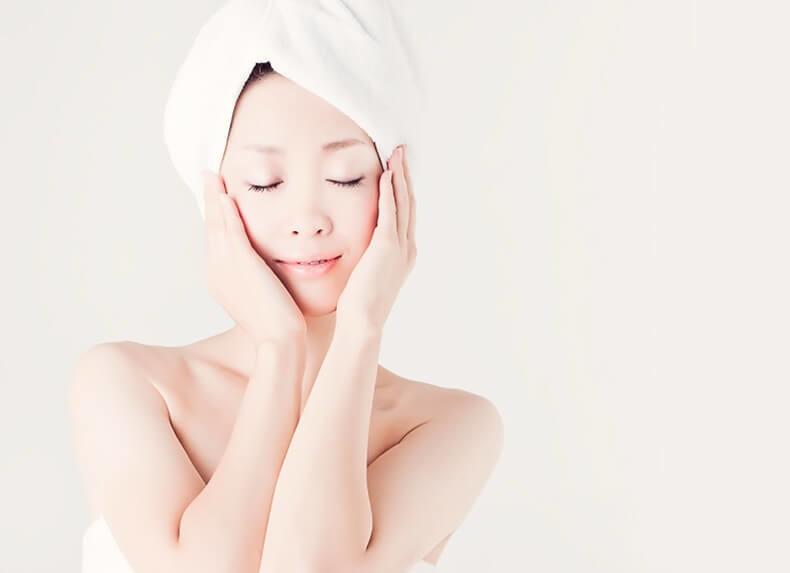 Японка разрисовывает лицо