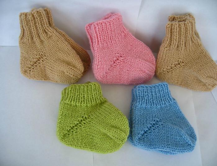 Для формирования носка в каждом следующем ряду убавляем по одной петельке на каждой спице, пока не останется по одной петле.