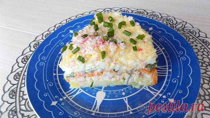 Слоеный салат с сыром и крабовыми палочками Ингредиенты:• Картошка -5 штук среднего размера• Крабовые палочки - 10 штук• Морковь - 2 штуки• Свежий огурец - 1 штука (большой)• Куриные яйца - 5 штук• Сыр твердых сортов примерно 100 грамм (у меня ...