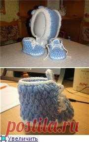 Пинетки-ботиночки и шапочка.
