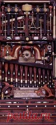 Умельцам мастерить, да и всем у кого руки растут из нужного места - на заметку. Что это? Это ящик для инструментов и он идеально вмещает в себя аж 300 штук. В закрытом состоянии ящик занимает 98 х 50 х 23 см, а в открытом – 100 х 100 см. Принадлежал он в конце 19го века производителю органов и фортепьяно Генри О. Стедли. Который всю свою жизнь посвятил изготовлению музыкальных инструментов. Сначала он работал в Smith Organ Co, а позднее в Poole Piano Company of Quincy.
