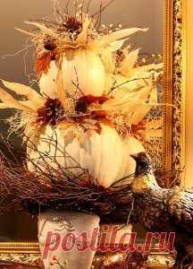 Выберете осенью погожий солнечный денек и всей семьей отправьтесь на прогулку, где и насобирайте разноцветных осенних листьев, ярких ягод, орешков, шишек и веточек. А дома из этой красоты своими руками сделайте стильную осеннюю композицию для интерьера.