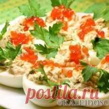 Топ -7 новогодних закусок Топ -7 новогодних закусок 1.Рулетики из лосося со сливочным сыром Ингредиенты ломтики слабосоленого лосося 250 г сливочный сыр 250 г маринованные или свежие