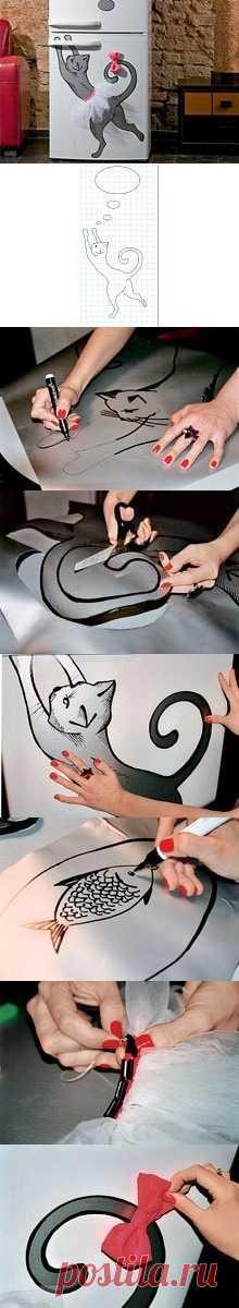 La decoración del refrigerador. La aplicación en forma de la gata. (La descripción por la camarilla a la estampa).