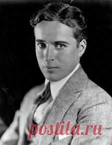 Чарли Чаплин родился 16 апреля 1889 года в Лондоне, в 8 часов вечера, на улице Ист-лэйн, в районе Уолворта в семье артистов мюзик-холла. (Подробнее по клику на картинку).