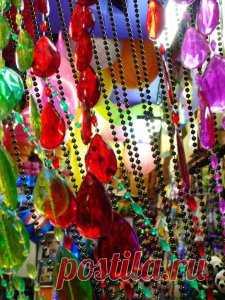 Попробуйте декорировать окно шторой из бусин или бисера. Идея — просто супер! Это просто волшебное зрелище — радужные блики от светящихся на солнце разноцветных бусин. Игра цвета и света просто завораживает.