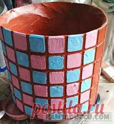 15 стильных цветочных горшков, сделанных из обычного цемента Категория: Технологии. Сегодняшняя задача – изготовить горшок из бетона двумя способами: с использованием обычного и пластичного цементного раствора и получением поверхности, имитирующей мозаику. С О Д Е Р Ж А Н И Е. Пластиковая форма для горшка из бетона. Горшок из бетона с использованием классической и цементной смеси с добавками. Процесс изготовления бетонных горшков. Как покрасить горшок из бетона под мозаику...