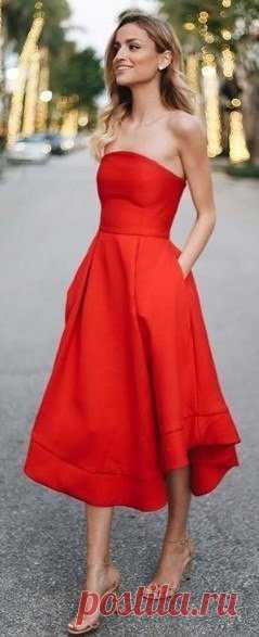 Красное платье: врезаться в память! Красное платье никогда не выходит из моды, это беспроигрышный вариант практически в любой ситуации. В красном платье вы будете выглядеть эффектно, стильно и гарантированно окажитесь в центре мужского внимания, где бы вы не находились.  ⤴ Кликайте на фото, чтобы посмотреть все идеи