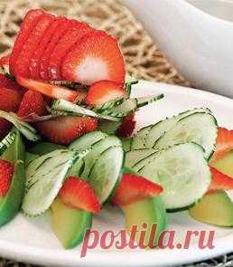 Салат из клубники, огурцов и авокадо