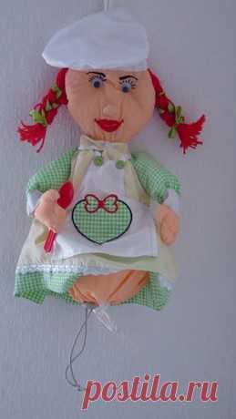 Кукла - пакетница. У куклы под платьем мешок, который затягивается резинкой с фиксатором, в нем и хранятся пакеты.