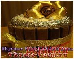 Торт Золотая лилия. Такой оригинальный конфетный сюрприз, как торт «Золотая лилия» отличает интересный декор и оригинальное применение в оформлении длинных шоколадок. Если составление букетов из конфет — ваше хобби, то эта праздничная композиция наверняка вас заинтересует.