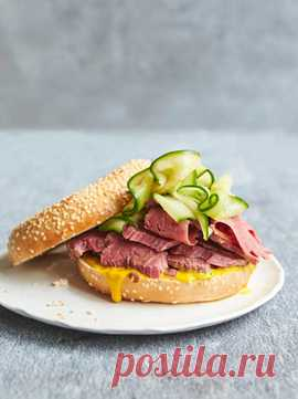 Отварная говядина, приготовленная с луком и лавровым листом. Блюдо еврейской кухни. Очень сочное и вкусное мясо!