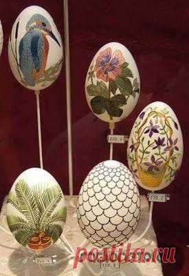 Опытная мастерица вышивальной техники Элизабет Кляйн уже в течение десяти лет создает на яйцах картины цветущих крестьянских садов, протягивая через проделанные в скорлупе яйца дырочки яркие шелковые ленточки. Трехмерный эффект и благородный блеск шелка дают возможность знатокам охарактеризовать ее уникальное искусство, как «Поэзия на яйце».