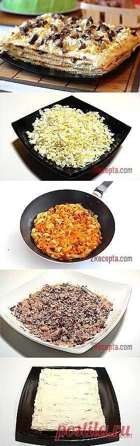 """Рецепт: Закусочный «Наполеон» - пошаговый фото рецепт приготовления Очень сытный и вкусный закусочный пирог """"Наполеон"""", простые ингредиенты и красивое оформление – отличное блюдо к любому празднику. Начинку можно изменять по своему вкусу. Сверху украсила оставшимися обжаренными грибами и овощами. При подаче пирог нужно нарезать на небольшие кусочки. Приготовления: Яйца отварить и натереть на мелкой терке.  Лук мелко нарезать, морковь натереть на средней терке. Лук и морковь обжарить"""