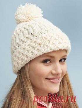 Женская шапка спицами - шапка с рельефным узором и отворотом