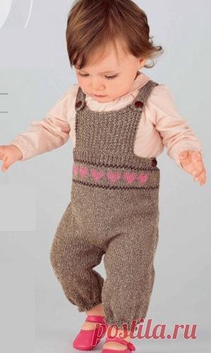 Детский комбинезон с сердечками Детский комбинезон с сердечками, вязаный спицами.