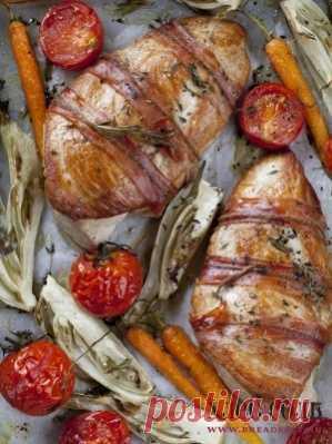 Индейка, запеченная в беконе с фенхелем    Фенхель нарежьте небольшими дольками, морковь очистите, разрежьте на несколько частей или оставьте целиком. Выложите нарезанные овощи и помидоры в противень или форму вокруг индейки. Посолите, поперчите, полейте все оливковым маслом и уберите в разогретую до 230 С духовку на 15 минут. Затем убавьте температуру до 170 С и запекайте еще 35–40 минут. По желанию в конце можно включить функцию гриль, чтобы индейка подрумянилась. Достан...