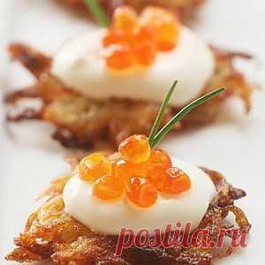 Картофельные латкес с йогуртом и красной икрой. Рецепт латкеса уже публиковала - но не удержалась при виде такой красоты. Такой вот праздничный латкес получился!
