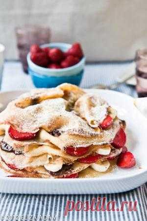 Блинный торт с клубникой, бананом и шоколадом » Кулинарные рецепты