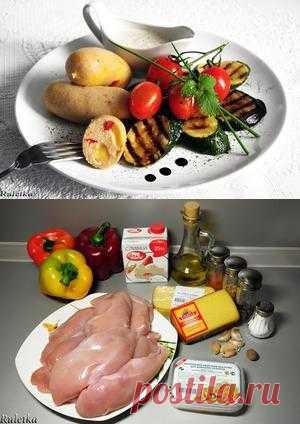 Куриные сардельки с паприкой и копчёным сыром, горчичным соусом и овощами-гриль