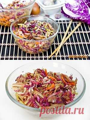Яркий, пёстрый, острый и вкусный салатик для любителей корейской кухни! Обилие овощей в нём, соломка из отварных свиных ушек и пикантная заправка понравится любителям свежих салатов с восточным вкусом.