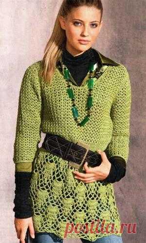 Зеленая вязаная туника смотрится стильно.