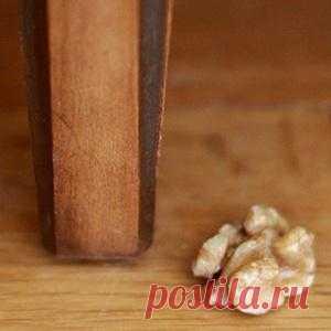 Лайфхакинг - неожиданное применение обычных вещей. — Чтобы удалить царапину на мебели, достаточно потереть её ядрышком грецкого ореха.