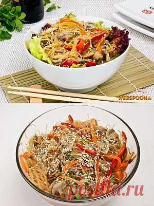 Фунчоза с грибами и овощами. Сегодня хочу предложить салат на основе рисовой лапши с овощами, грибами и соевым маринадом. Насыщенный салат, который может дополнить домашние роллы или подаваться отдельно.