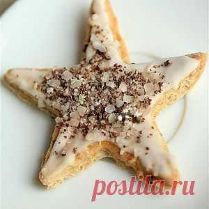 Миндальное печенье с корицей. Всего-то из теста с помощью формочек налепить печенек, помазать белком, посыпать миндалём и сахаром. Домашние будут в восторге.