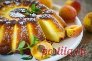 Десерты из манки — нежные и вкусные! 1. Лимонный манник Ингредиенты: Сухая манная крупа — 1 стак. Кефир или йогурт — 1 стак. Сахар — 1 стак. Яйца — 2 шт. Лимон — 1 шт. Соль — 1 щепотка  Ванилин — по вкусу Разрыхлитель — 0,5 пакетика  Растительное масло — для смазывания формы Сахарная пудра — для украшения Фрукты, ягоды — по вкусу Приготовление: 1. Манную крупу заливаем кефиром и оставляем набухать на 1 час. 2. Яйца растираем с сахаром, добавляем соль и ванилин. 3. Натираем полностью лимон в