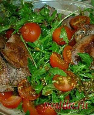 Салат из рукколы, помидоров и куриной печени