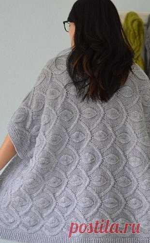 Узор для кардигана спицами Узор для кардигана спицами  Кардиган связан красивым узором спицами. Узор на кардигане располагается не по длине как обычно, а по ширине. Узор, которым связан кардиган напоминает павлинье крыло. Кардиган связан из пряжи благородного серого цвета. Узор выглядит достаточно объемно и его можно использовать для вязания верхней одежды, такой как пальто, пончо и теплые жакеты. Рапорт узора составляет 42 петли. Вы можете также изменить направление узора...