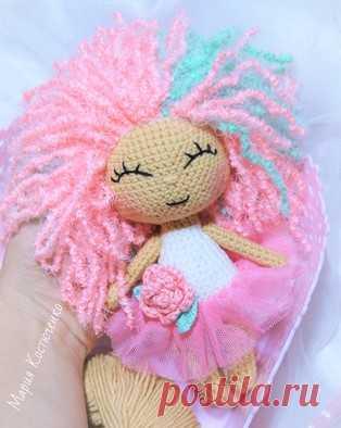 Кукла Розочка амигуруми. Схемы и описания для вязания игрушек крючком! Бесплатный мастер-класс по вязанию куклы по имени Розочка от Марии Костюченко. Высота вязаной крючком куколки примерно 15 см. Из описания схемы вы так…