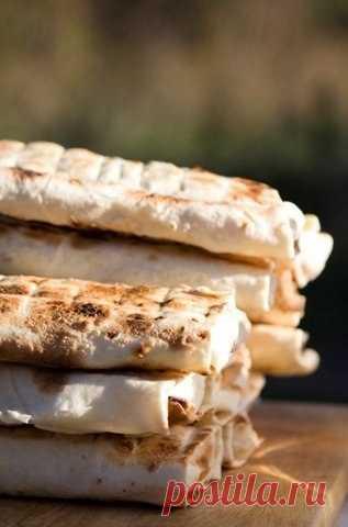 Сэндвичи с сыром  Ингредиенты:• тонкий лаваш; • твердый сыр - порезать на прямоугольники; • помидоры - нарезать кольцами; • зелень, базилик обязательно - мелко измельчить; • вегетарианский майонез; • соль, перец по вкусу; • топленое масло.Приготовление:1. Режете лаваш пополам. Кладете срезом к...
