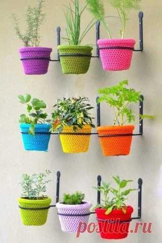 Идея для тех, кто вяжет! Зачем покупать новые цветочные горшки и пересаживать цветы, если их можно вот так обновить?! :)
