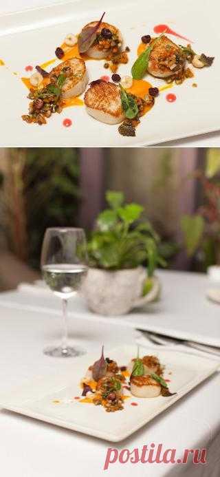 InVkus: Морской гребешок с овощным рагу по рецепту шеф-повара ресторана The Сад  Вам никогда не хотелось приготовить дома настоящее ресторанное блюдо? Только как узнать ингредиенты, пропорции, технологию и соблюсти множество нюансов, чтобы на вашей кухне получился тот самый шедевр, который вы пробовали в заведении. Адриан Кетглас, шеф-повар ресторана The Сад, немного приоткрыл завесу тайны и поделился одним из своих авторских блюд.