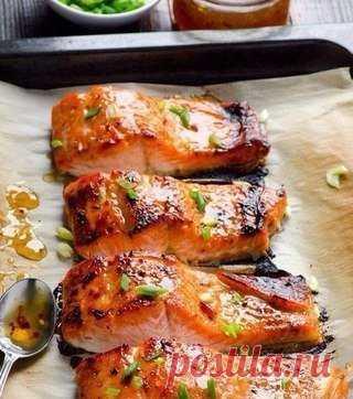 Рыба в фольге   приготовление Ингредиенты: - Рыба (любая красная) — 2 стейка - Лук — 1/2 шт. - Лимон — пару кусочков - Лавровый лист — пару штук - Черный перец, соль - Помидор — 1 шт. Приготовление: 1. Рыбу нарезать стейками. 2. Застелить противень фольгой, выложить на него лук, кусочки лимона (под каждый стейк). 3. Далее стейки поперчить, посолить, полить лимонным соком, положить кусочек томата, лавровый лист. 4. Обернуть фольгой сверху и выпекать около тридцати минут при...