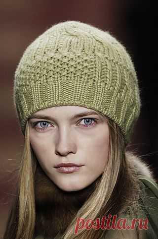 Зеленая вязаная шапка.