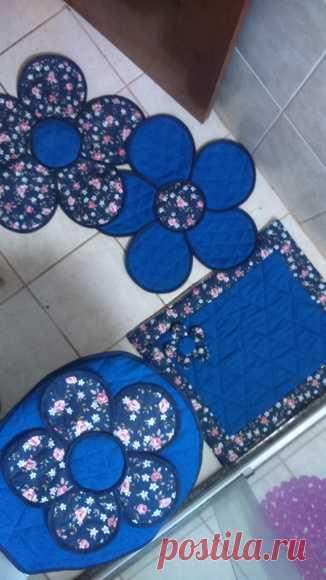Jogo de banheiro 3 peças no Elo7 | Marcia Valiati Artesanatos (98C086) Jogo de banheiro 3 peça (tampa do vaso e tapete e saída de box), produzido em tecido ou atoalhado (com preenchimento em manta acrílica e forro em algodão cru), conforme a preferencia da cliente.  Tapete flor: 1 metro em média de comprimento e 0,50 cm de largura  Tampa: 0,45 cm comprimento e 0,45 ...