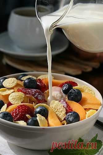 Хлопья с ягодами и молоком на завтрак - не забываем добавлять свежих ягодок!