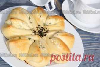 Пирог с творогом и сыром  Пирог с творогом и сыром получается необыкновенно вкусным. Его можно подать и холодным, и горячим. Да и красивое оформление дрожжевого пирога в виде цветка никого не оставит равнодушным. Обязательно порадуйте близких такой эффектной и вкусной выпечкой. Для приготовления пирога с творогом и сыром нам потребуется: Для теста: Показать полностью…